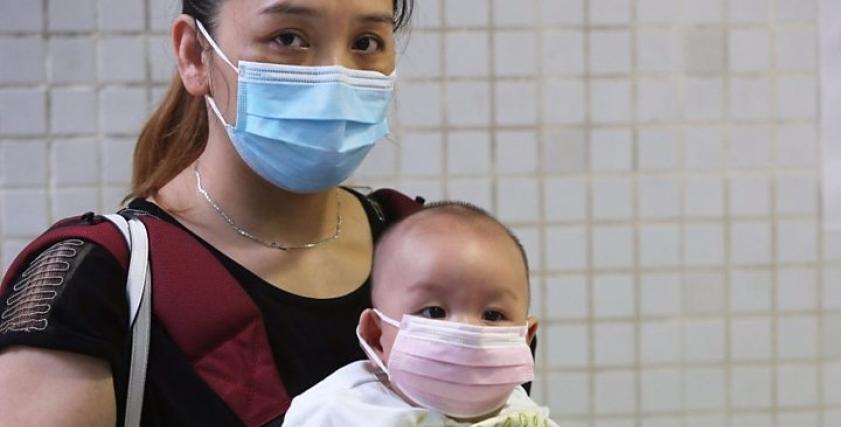 عائلة تحمي نفسها من فيروس كورونا