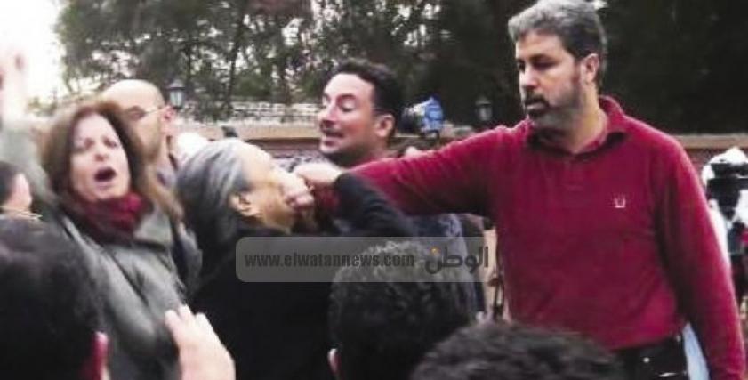 أثناء تكميم فم المناضلة الراحلة شاهندة مقلد في مظاهرات ضد الإخوان
