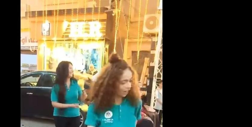 رقص فتيات في افتتاح محل