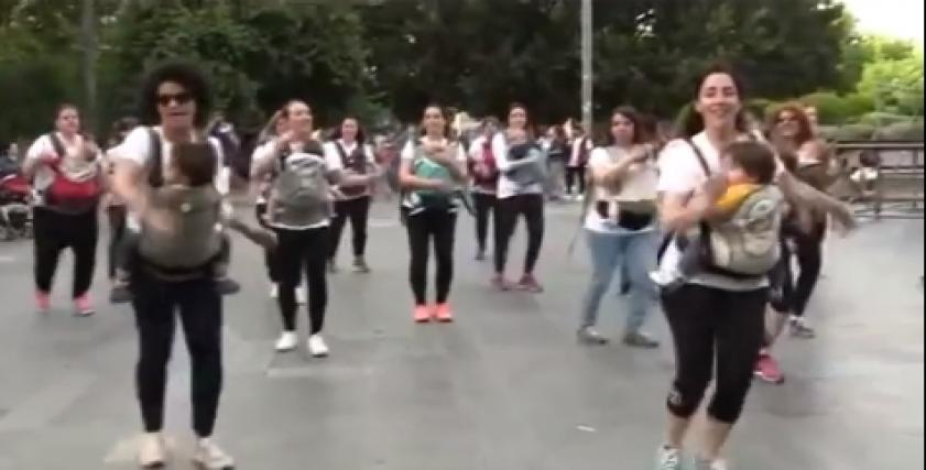 السيدات يرقصن على أغنية
