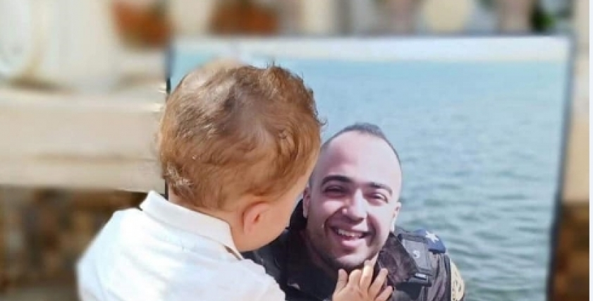 الشهيد مصطفى عثمان مع ابنه