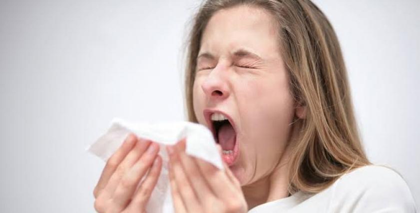 فتاة تعاني من البرد
