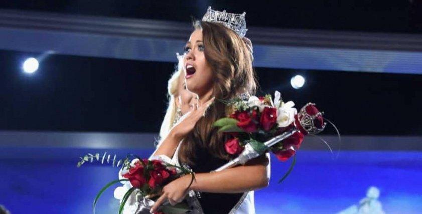 ملكة جمال أميركية تتخلى عن لقبها تضامناً مع ملكة جمال أخري