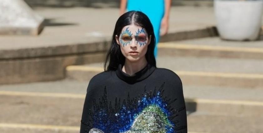 مستوحاة من وباء الطاعون.. أبرز صيحات الموضة بأسبوع الموضة في باريس