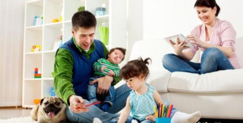 أب يلعب مع أبنائه