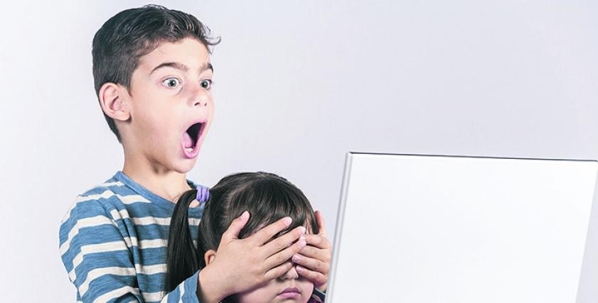 طبيب نفسي يقدم نصائح للآباء: كيف تحمي طفلك من المواقع الإباحية؟