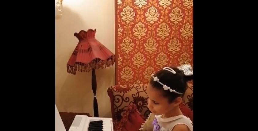 سارة طفلة كفيفة تعزف على البيانو