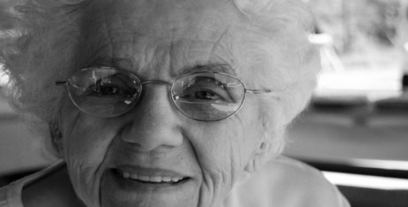 صورة أرشيفية لسيدة مسنة