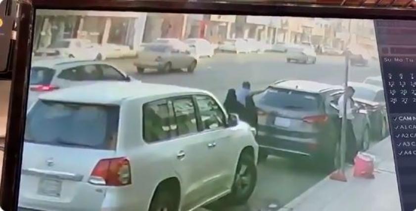 لحظة دهس سائق سيارة لسيدة في السعودية