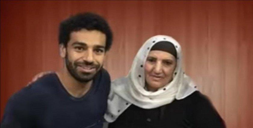 محمد صلاح برفقة والدته