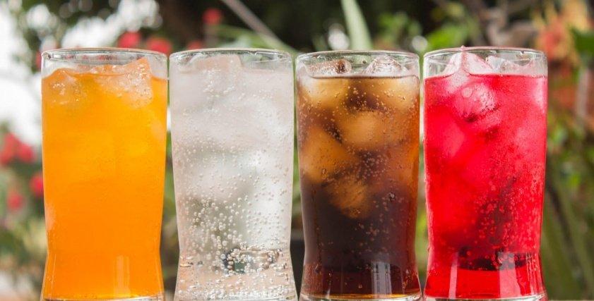 مشروبات غازية وعصائي مثلجة