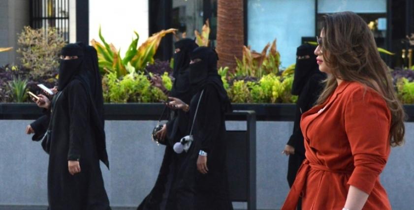 سعودية تكسر العادات وتتجول دون العباءة السوداء