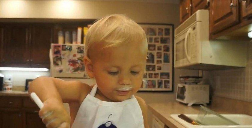 طفل يجهز كعكة عيد ميلاده بنفسه