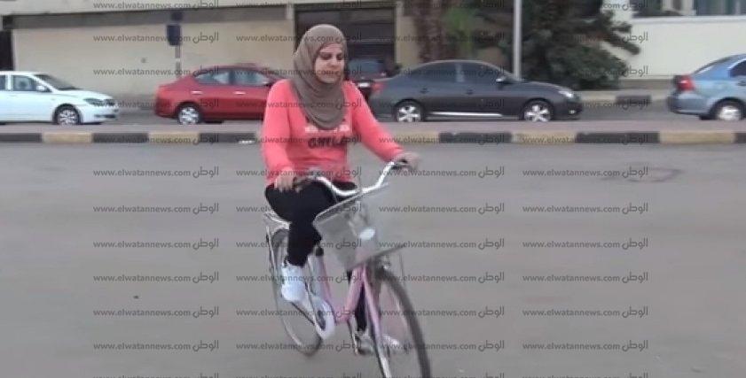 إيمان - مدربة قيادة الدراجات