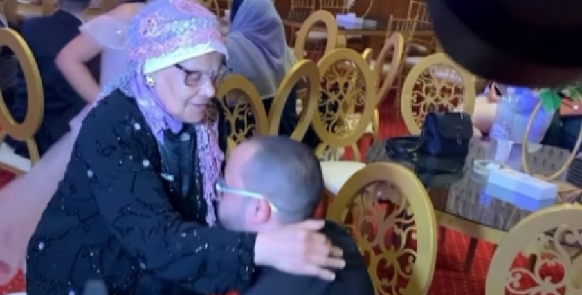 عريس يترك عروسته لتقبيل قدم أمه في الزفاف