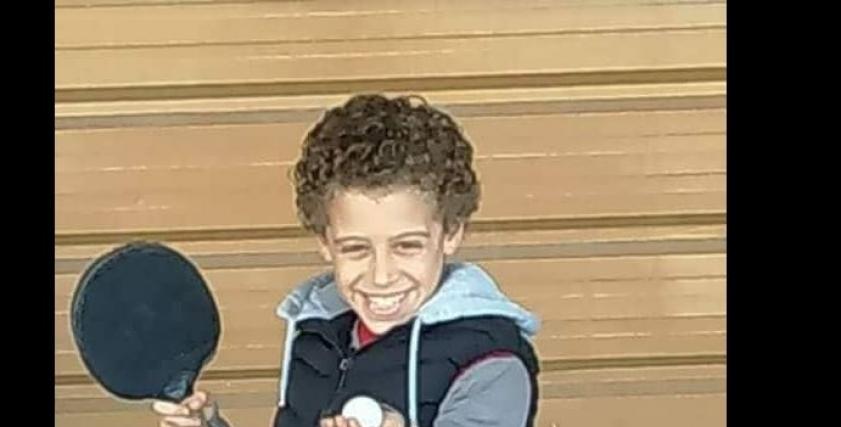 طفل يتعرض للتنمر في مدرسة تجريبية بسبب شعره