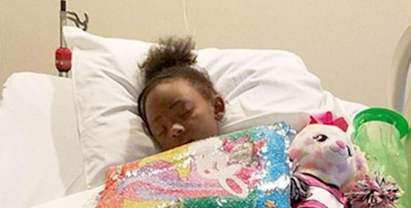 بالصور| نجت من الموت بأعجوبة.. طفلة أمريكية تعرضت لحادث  دهس أمام منزلها