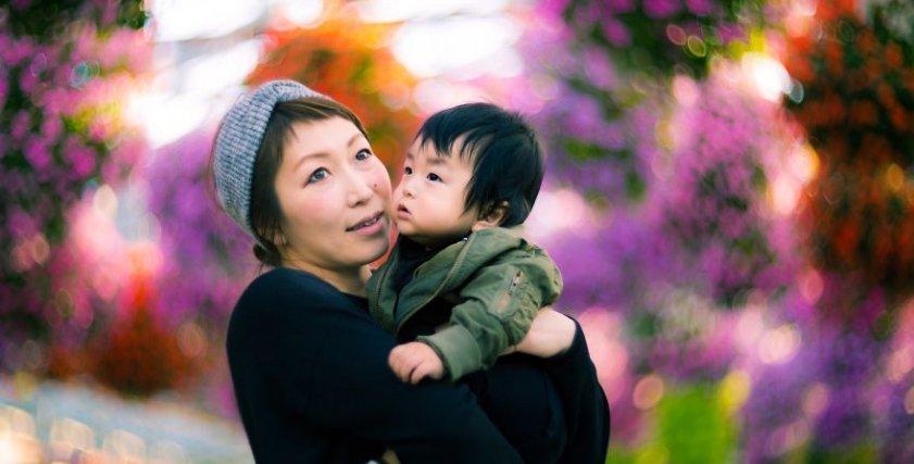 """""""كأنها رسمة وليست صورة"""".. فنان ياباني يبدع في """"جلسة تصوير"""" لأم وابنها"""