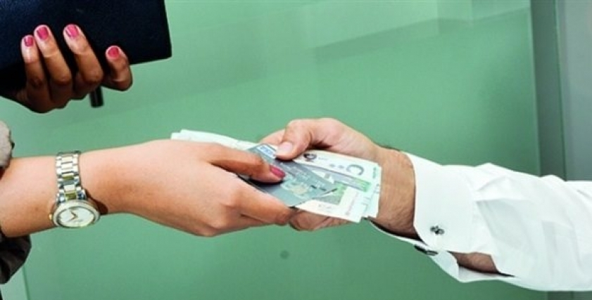 ما حكم الزوج الذي لا يترك مالًا لزوجته تنفق منه؟