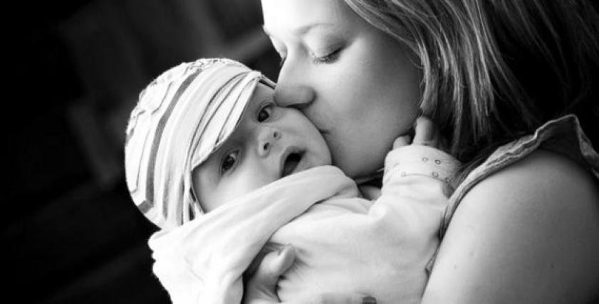 طفل في حضن والدته